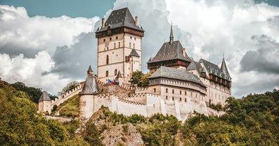 ČR: Jednodenní zájezd na Karlštejn, do Koněpruských jeskyní a lomu Velká Amerika za 549 Kč