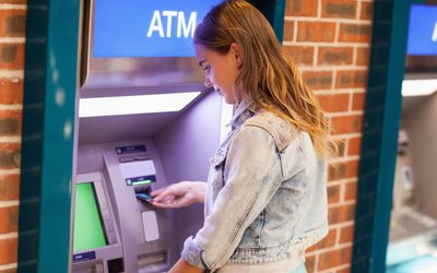 Jedete na dovolenou do zahraničí? Dávejte si pozor na výběry z bankomatu, platby i krádeže