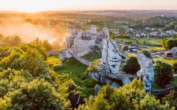 Tajemné hrady a zámky v Polsku, které leží, co by kamenem dohodil