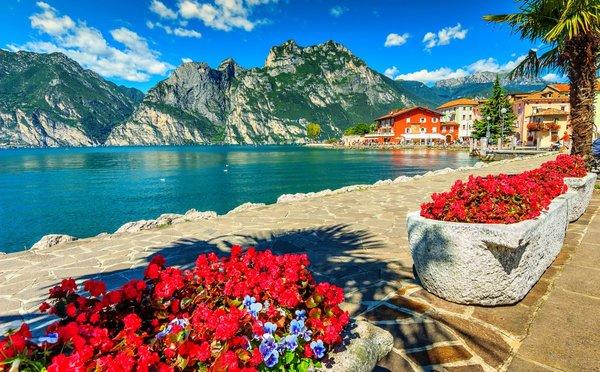 Severoitalské jezero Lago di Garda: Průzračná voda ke koupání i horské vrcholky