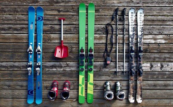 Lyžařské vybavení: Jak správně vybrat lyže, boty, hůlky a další doplňky?