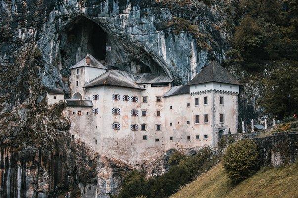 Predjamský hrad ve skále
