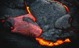 Sopka Taal na Filipínách chrlí dým a vytéká z ní láva. Hrozí erupce