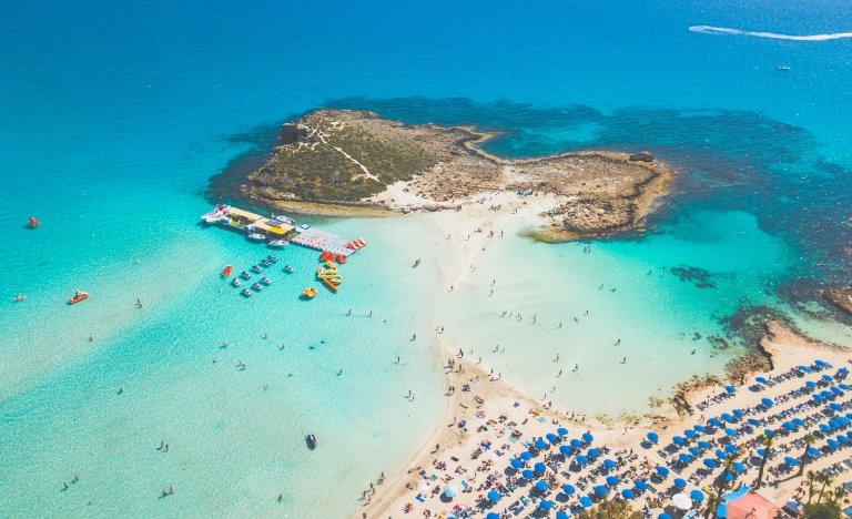 Kypr od června obnoví komerční lety, povolí vstup i Čechům