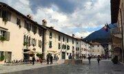 Piazza Municipio s domy a paláci, z nichž některé pocházejí již z počátku 15. století. Na náměstí je několik kaváren, pizzerie a cukrárna s domácí výrobou zmrzliny a zákusků.